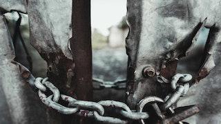 老损坏的门与链敏