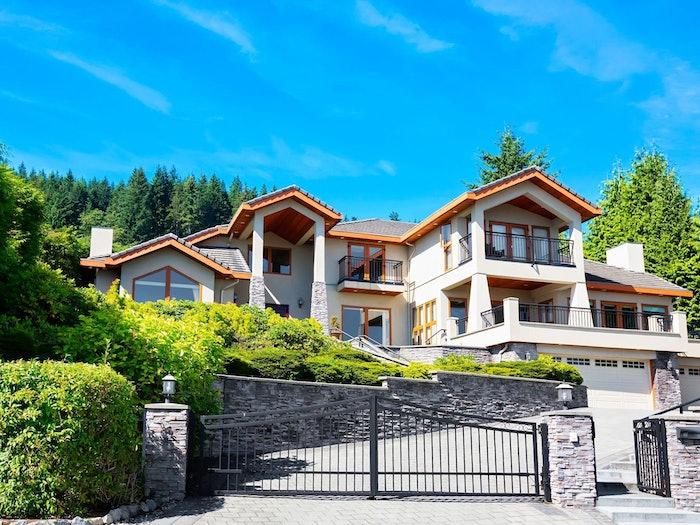 Sunny Estate With Gate Min